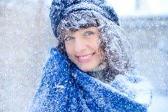 Retrato del invierno de una mujer joven Belleza Girl modelo feliz que toca su piel de la cara y que ríe, divirtiéndose en el parq Imágenes de archivo libres de regalías