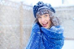 Retrato del invierno de una mujer joven Belleza Girl modelo feliz que toca su piel de la cara y que ríe, divirtiéndose en el parq Foto de archivo libre de regalías