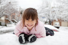 Retrato del invierno de una niña feliz fotografía de archivo