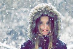 Retrato del invierno de una niña hermosa que sonríe en la cámara Foto de archivo libre de regalías