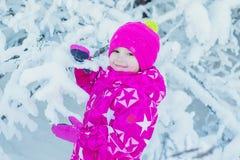 Retrato del invierno de una niña linda en la nieve Imágenes de archivo libres de regalías