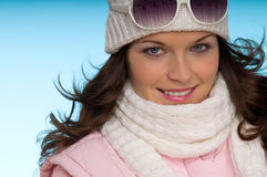 Retrato del invierno del modelo de manera atractivo en color de rosa Fotos de archivo libres de regalías