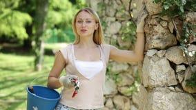 Retrato del jardinero de sexo femenino alegre almacen de video