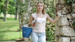 Retrato del jardinero de sexo femenino alegre almacen de metraje de vídeo