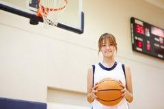 Retrato del jugador de básquet de sexo femenino de la High School secundaria Imágenes de archivo libres de regalías