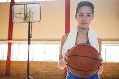 Retrato del jugador de básquet de sexo femenino que sostiene la bola Fotos de archivo