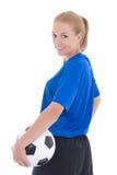 Retrato del jugador de fútbol de sexo femenino en uniforme del azul con isola de la bola Imagenes de archivo