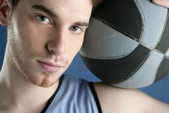 Retrato del jugador de la cesta del hombre joven del baloncesto Fotografía de archivo libre de regalías