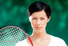Retrato del jugador de tenis de sexo femenino acertado Fotografía de archivo