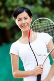 Retrato del jugador de tenis de sexo femenino joven Imagenes de archivo