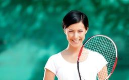 Retrato del jugador de tenis de sexo femenino sonriente Fotos de archivo libres de regalías