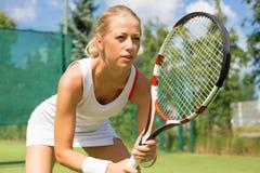 Retrato del jugador de tenis en la corte Foto de archivo