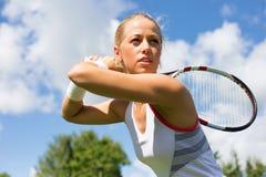 Retrato del jugador de tenis en la práctica Imagen de archivo libre de regalías
