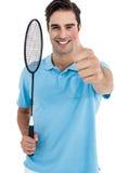 Retrato del jugador del bádminton que muestra los pulgares para arriba Imagen de archivo libre de regalías