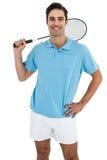 Retrato del jugador del bádminton que se coloca con la mano en cadera imagenes de archivo