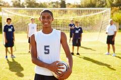 Retrato del jugador en equipo de fútbol de la High School secundaria Imagen de archivo libre de regalías
