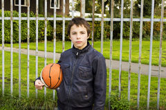 Retrato del jugador serio de la cesta de la calle del muchacho Imagen de archivo
