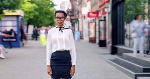 Retrato del lapso de tiempo de la situación apuesta del estudiante de la raza mixta en calle de la ciudad metrajes