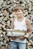 Retrato del leñador adolescente en la leña Imágenes de archivo libres de regalías