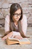 Retrato del libro de lectura lindo de la colegiala Imagen de archivo libre de regalías