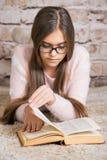Retrato del libro de lectura lindo de la colegiala Imágenes de archivo libres de regalías