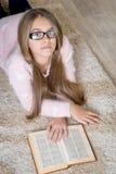 Retrato del libro de lectura lindo de la colegiala Fotografía de archivo libre de regalías