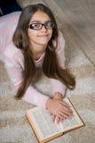 Retrato del libro de lectura lindo de la colegiala Fotos de archivo