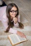 Retrato del libro de lectura lindo de la colegiala Foto de archivo