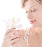 Retrato del lirio blanco que huele de la muchacha atractiva Fotografía de archivo libre de regalías
