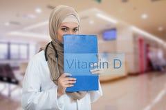 Retrato del médico de sexo femenino musulmán preocupante que celebra el paperclip en el hospital Fotos de archivo