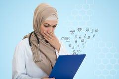 Retrato del médico de sexo femenino musulmán preocupante que sostiene el paperclip Fotografía de archivo libre de regalías