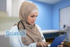 Retrato del médico de sexo femenino musulmán preocupante que sostiene el paperclip Fotos de archivo libres de regalías