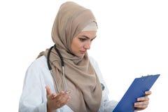 Retrato del médico de sexo femenino musulmán preocupante que sostiene el paperclip aislado Imagenes de archivo