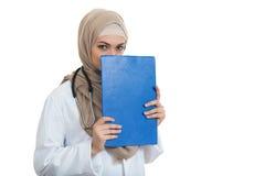 Retrato del médico de sexo femenino musulmán preocupante que sostiene el paperclip aislado Foto de archivo