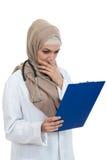 Retrato del médico de sexo femenino musulmán preocupante que sostiene el paperclip aislado Fotografía de archivo