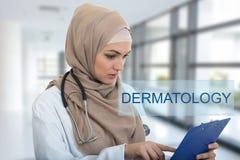 Retrato del médico de sexo femenino musulmán preocupante que sostiene el paperclip en hospital Foto de archivo libre de regalías