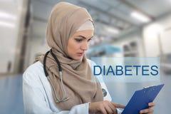 Retrato del médico de sexo femenino musulmán preocupante que sostiene el paperclip en hospital Fotografía de archivo libre de regalías