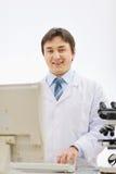 Retrato del médico sonriente que trabaja en laboratorio foto de archivo libre de regalías