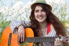 Retrato del músico de sexo femenino inspirado al aire libre Imágenes de archivo libres de regalías