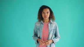 Retrato del malo afroamericano trastornado de la sensación de la mujer después de la sorpresa desagradable almacen de video