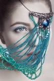 Retrato del maquillaje blanco moreno hermoso del color y del azul de piel de la cara del modelo de moda y labios rojos con joyerí Imagen de archivo libre de regalías