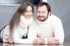 Retrato del marido y de la esposa en los suéteres blancos Fotos de archivo