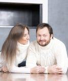 Retrato del marido y de la esposa en los suéteres blancos Fotografía de archivo libre de regalías