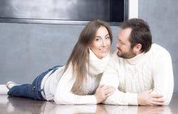 Retrato del marido y de la esposa en los suéteres blancos Fotos de archivo libres de regalías