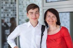 Retrato del mather feliz con el hijo en la pared blanca, Foto de archivo