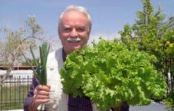 Retrato del mayor con las verduras frescas crudas Fotografía de archivo
