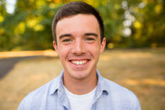 Retrato del mayor de High School secundaria del hombre joven Imagen de archivo libre de regalías