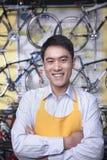 Retrato del mecánico de sexo masculino joven en la tienda de bicicleta, Pekín Fotografía de archivo libre de regalías
