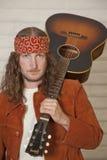 Retrato del mediados de hombre adulto serio con la guitarra Fotografía de archivo