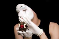 Retrato del mime con los pájaros del juguete Fotos de archivo